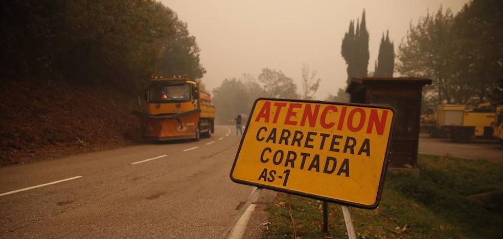 Las llamas cortan dos carreteras en el occidente asturiano