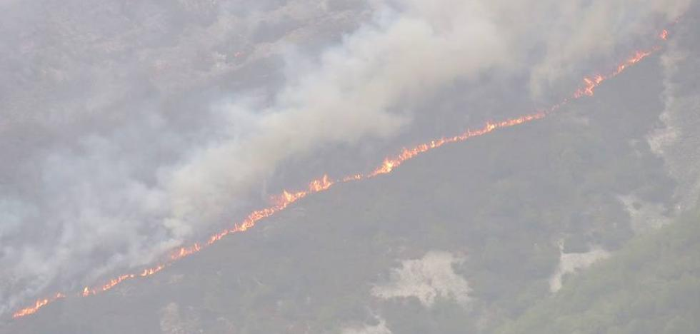 El fuego acecha a Muniellos y obliga a realizar desalojos