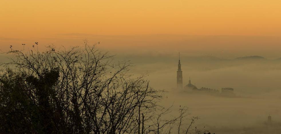 El humo retrasa el amanecer en una Asturias asolada por los incendios