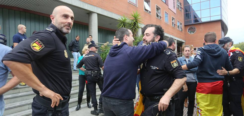 Aplausos para recibir en Gijón a los policías desplazados a Cataluña