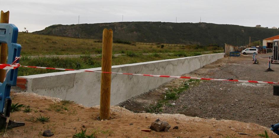 Obras finaliza el derribo del muro del aparcamiento de la playa de San Juan de Nieva