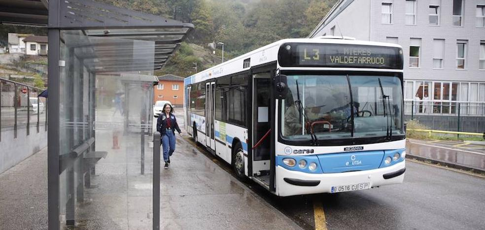 Detenido por perseguir y amenazar con un hacha a los viajeros de un autobús municipal en Mieres