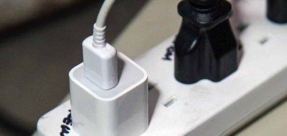 Las terribles consecuencias de dejar el cargador del móvil enchufado