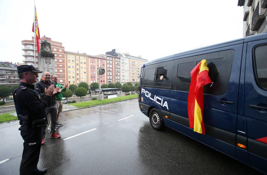 Reciben con aplausos a los policías de Oviedo desplazados a Cataluña