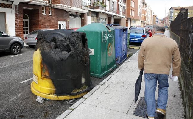 Ocho contenedores ardiendo de forma simultánea conmocionan Contrueces