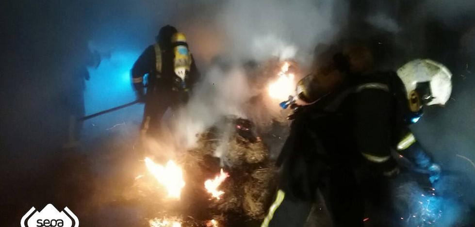 Un incendio calcina unos 300 fardos de hierba almacenados en una nave en Villaviciosa