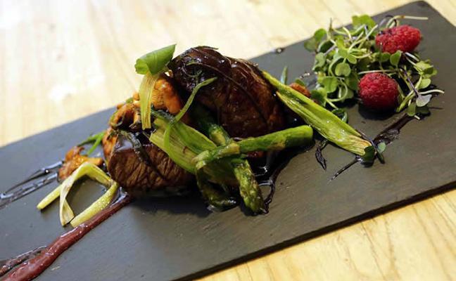 Lomo de jabalí con setas, verduras y jugo de su asado
