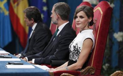 Los Reyes, recibidos entre aplausos a su llegada al Teatro Campoamor