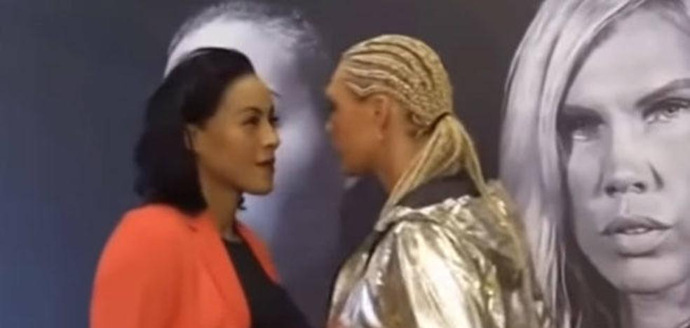 Una boxeadora le da un beso en la boca a su rival durante el careo