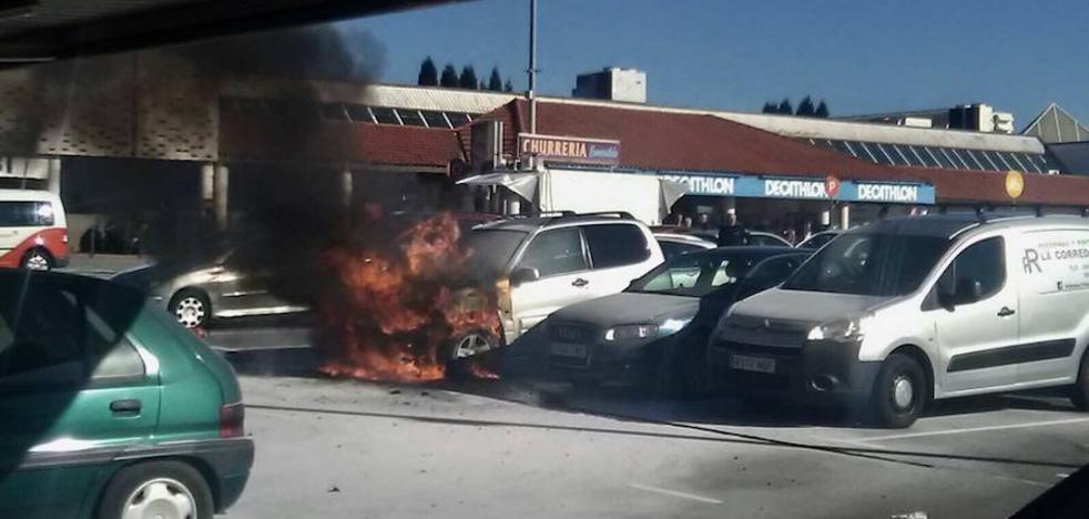 Arde un vehículo en el aparcamiento de un centro comercial de Lugones
