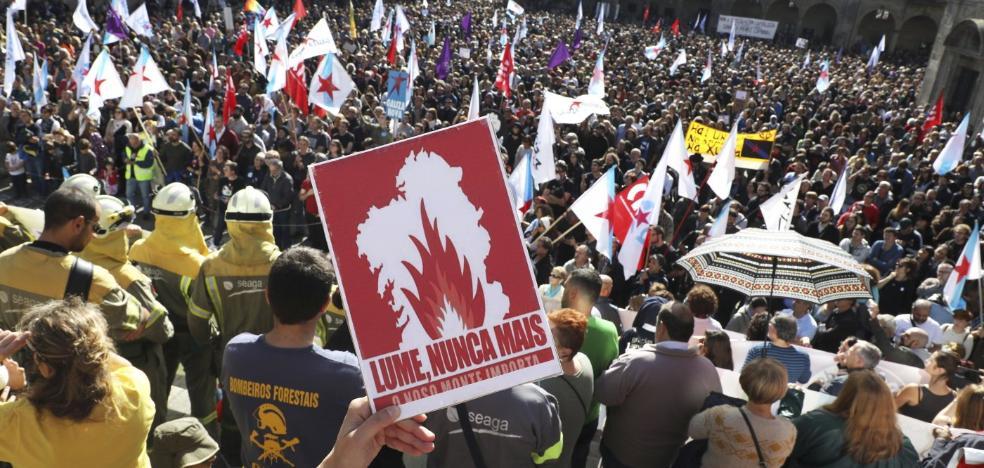 Diez mil gallegos protestan contra los incendios al grito de 'Lumes nunca máis'