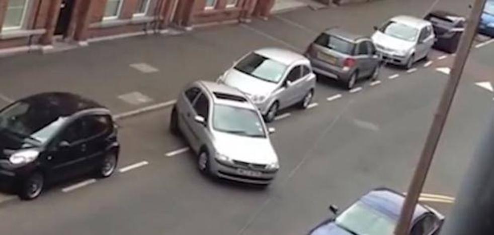 20 minutos de roces y maniobras para un aparcamiento que termina en aplausos