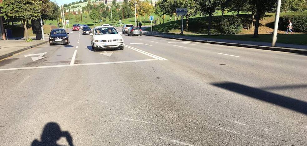 Dos motoristas heridos, uno de gravedad, tras ser arrollados por una furgoneta en Gijón