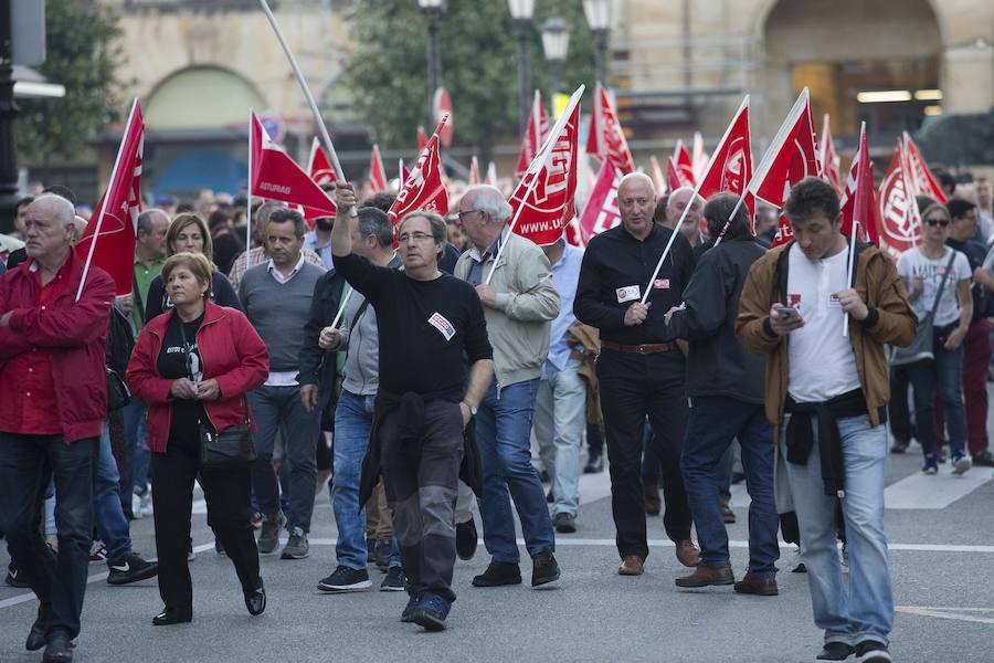 Cientos de trabajadores de Duro Felguera se manifiestan por Oviedo en defensa de la empresa