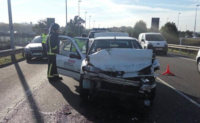 Cuatro heridos en una colisión múltiple en la entrada de Avilés por la Y