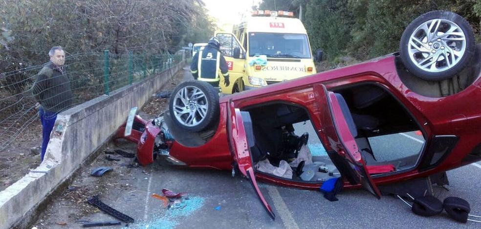 Un conductor, herido al salirse de la carretera en Navia