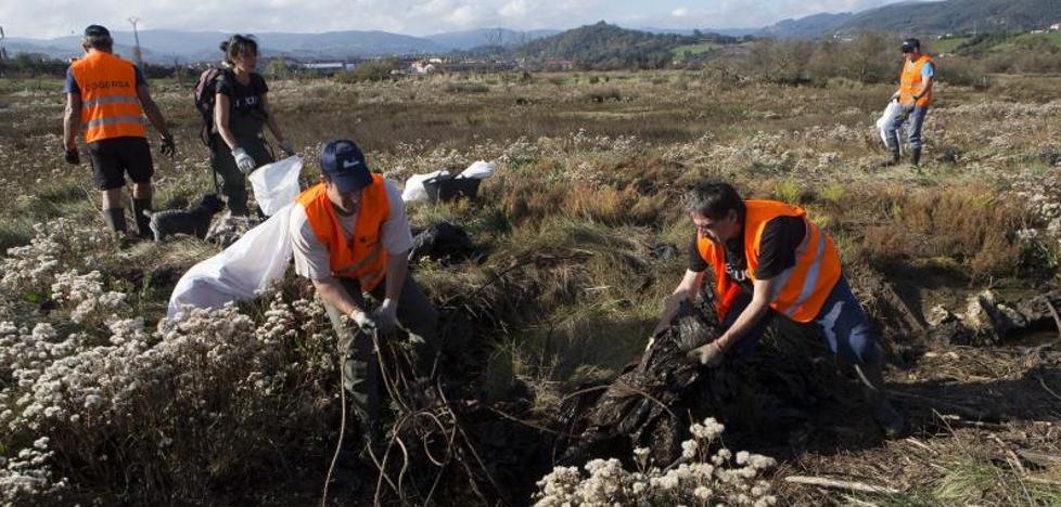 Retiran media tonelada de basura junto a la ría de Villaviciosa