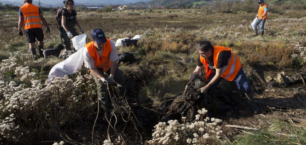 Ocho voluntarios retiran media tonelada de basura junto a la ría