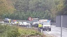 Un operario de carreteras, «muy grave» tras ser atropellado por un camión en Peñamellera Baja