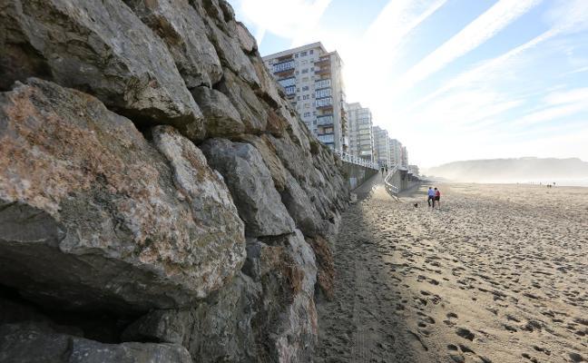 Demarcación de Costas reconstruye y refuerza la escollera de la playa de Salinas