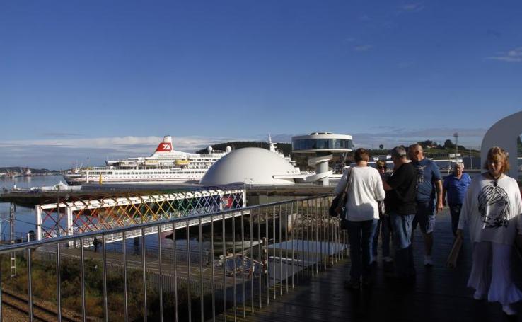 Un crucero 'misterioso' llega a Avilés con ochocientos pasajeros
