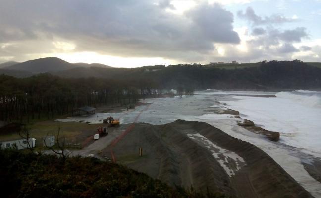 El mar invade las obras de la Poza de Navia y llega al pinar