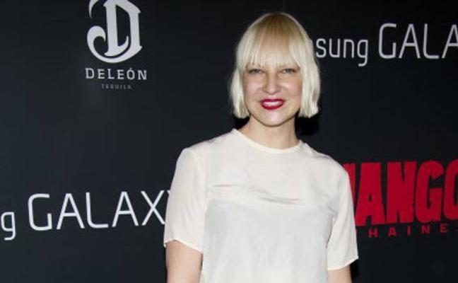 Sia comparte una foto desnuda para evitar que la chantajeen
