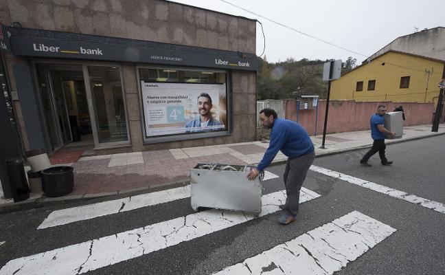 Los ladrones de la sucursal de Olloniego vaciaron extintores para borrar sus huellas
