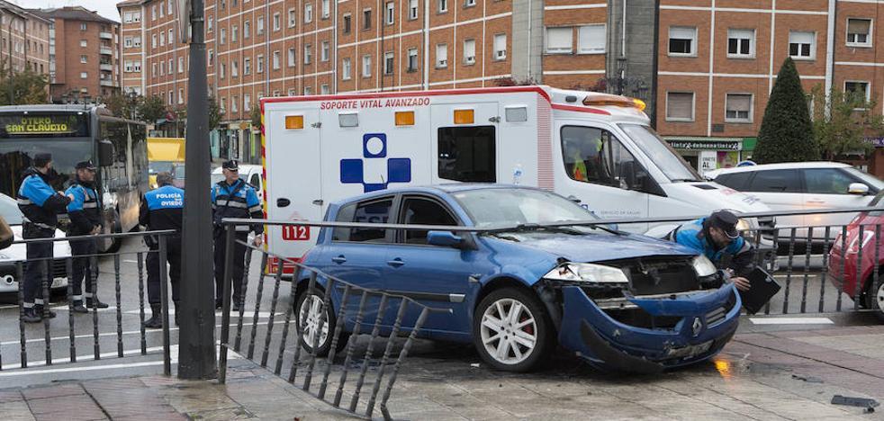 Un herido leve al chocar con su coche en Oviedo