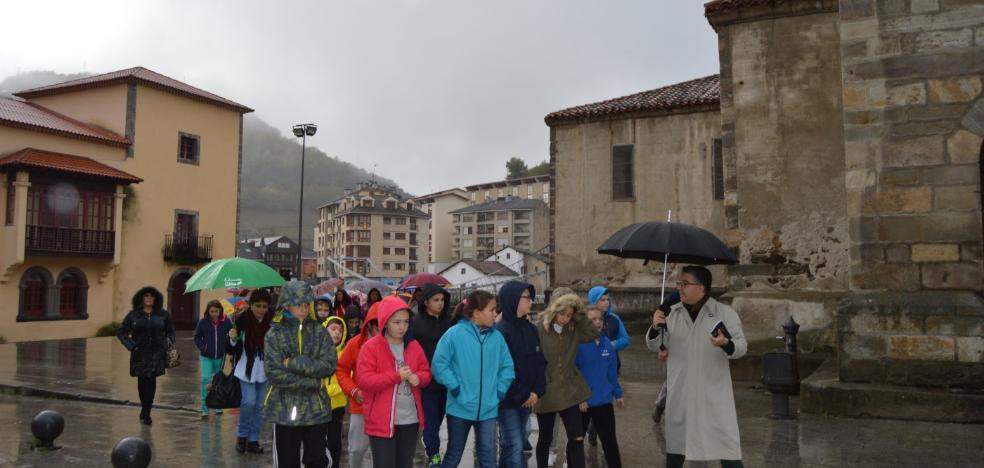 Cien alumnos de Cangas estudian a Gómez del Collado en su aniversario
