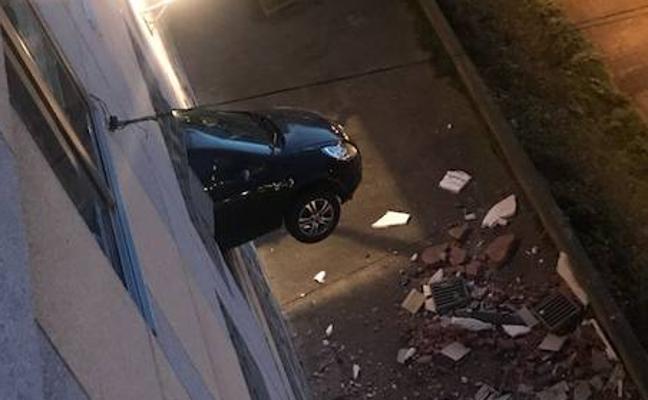 Atraviesa la pared de un aparcamiento con su coche