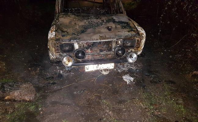 Un incendio calcina un vehículo en Siero