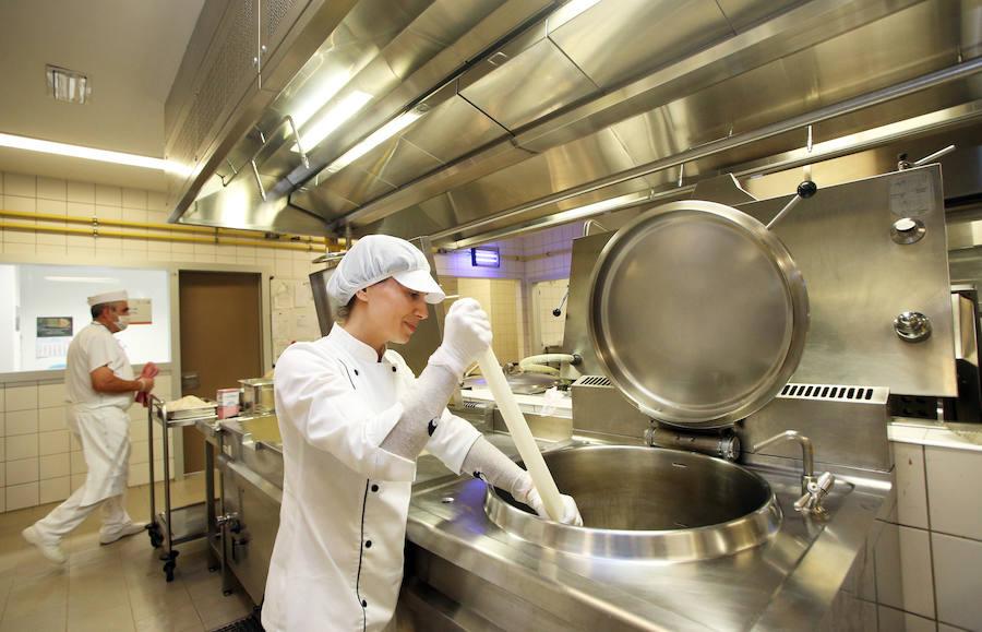Dentro de las cocinas del HUCA