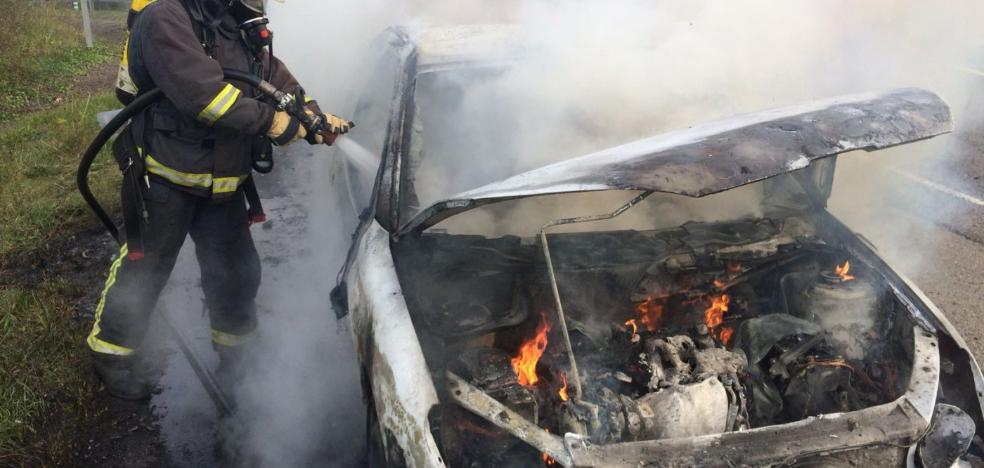 Sofocado el incendio de un turismo en la Venta del Pobre, en Villaviciosa