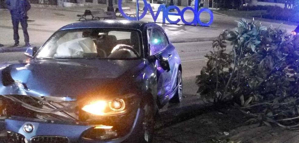 Un coche se sale de la vía e impacta contra una farola, una señal y derriba un árbol en Oviedo