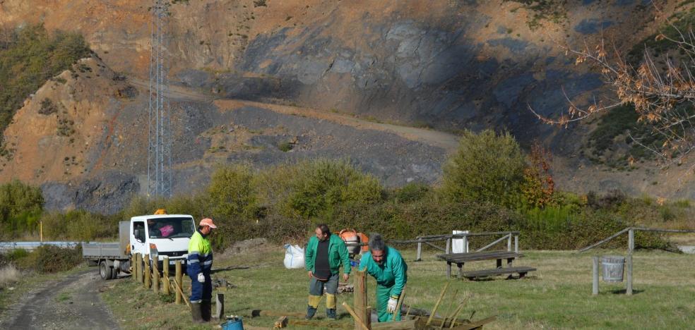 Un área recreativa con vistas a la balsa de la mina