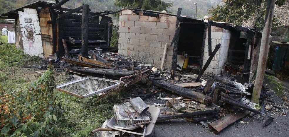 Arden tres casas de aperos en el núcleo langreano de Frieres