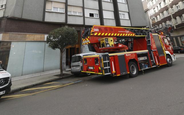Los bomberos rescatan a una mujer en Laviada