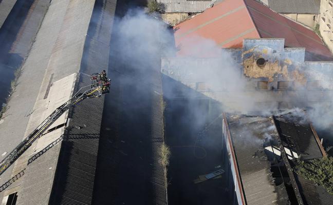 Amplio dispositivo para sofocar un incendio en una nave de Naval Gijón