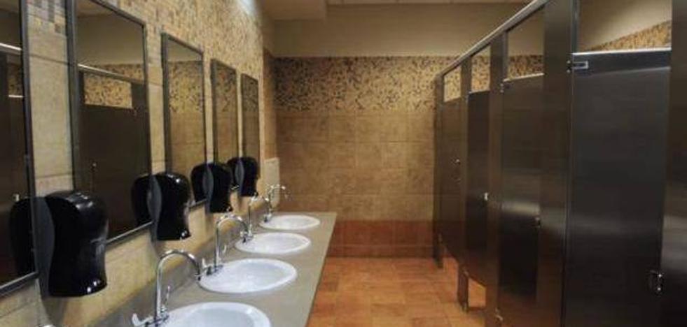 El tremendo error que cometes cuando usas un baño público