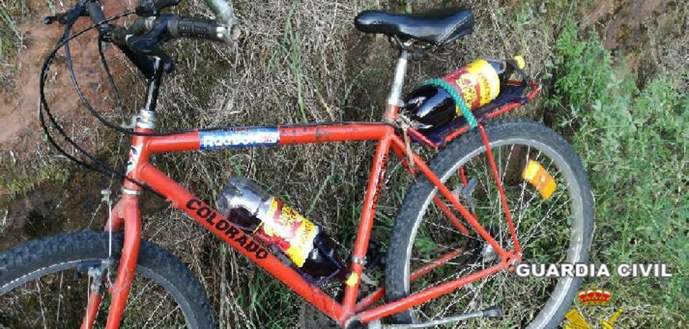 La Guardia Civil sorprende en Villaviciosa a un ciclista que circulaba ebrio y con dos botellas de vino «para saciar la sed»