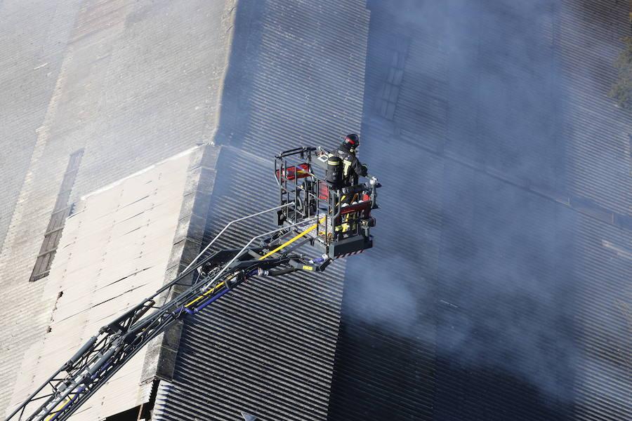 Incendio en una nave de Naval Gijón
