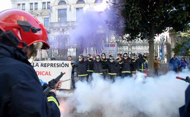 Bomberos de Asturias se concentran contra la 'represión' que dicen sufrir por parte del Principado
