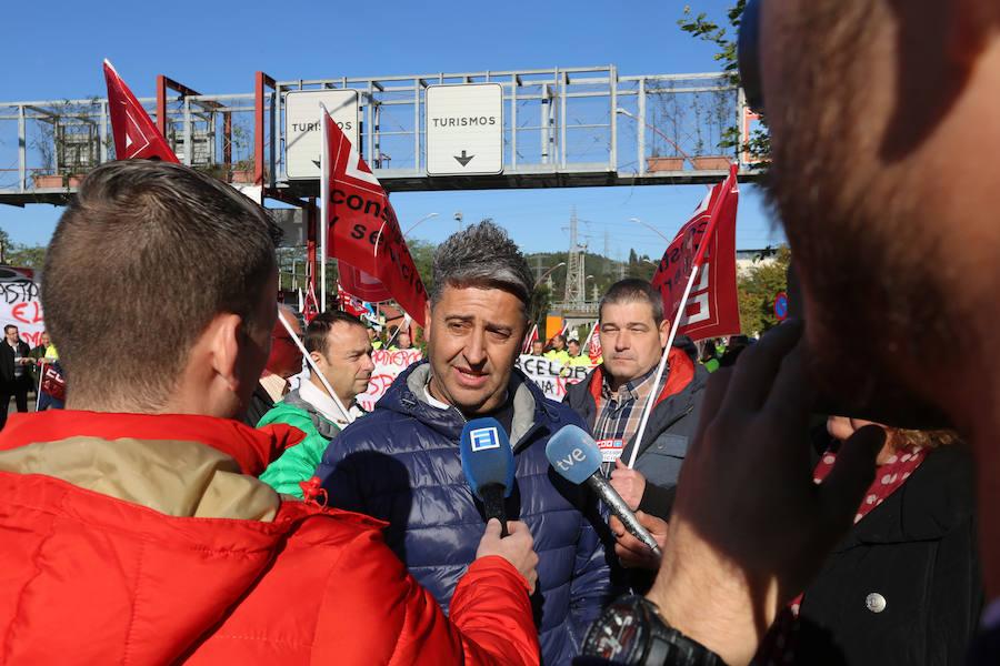 Los trabajadores de Acciona se concentran en Arcelor contra los despidos