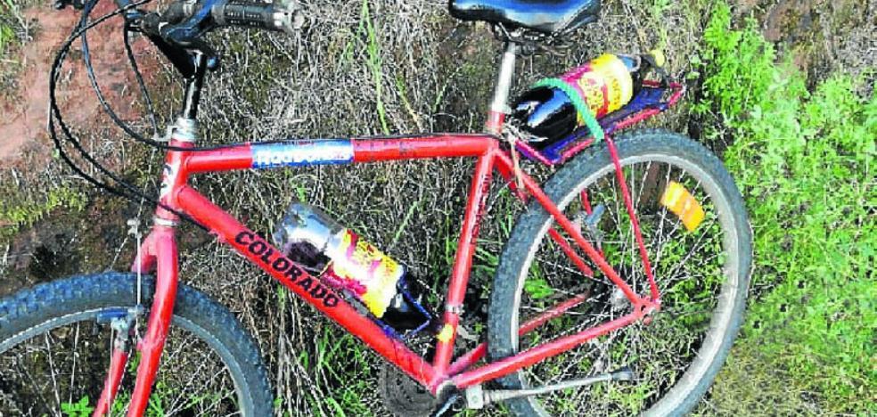 El ciclista ebrio detenido en Villaviciosa alegaba que llevaba dos botellas de vino para saciar la sed