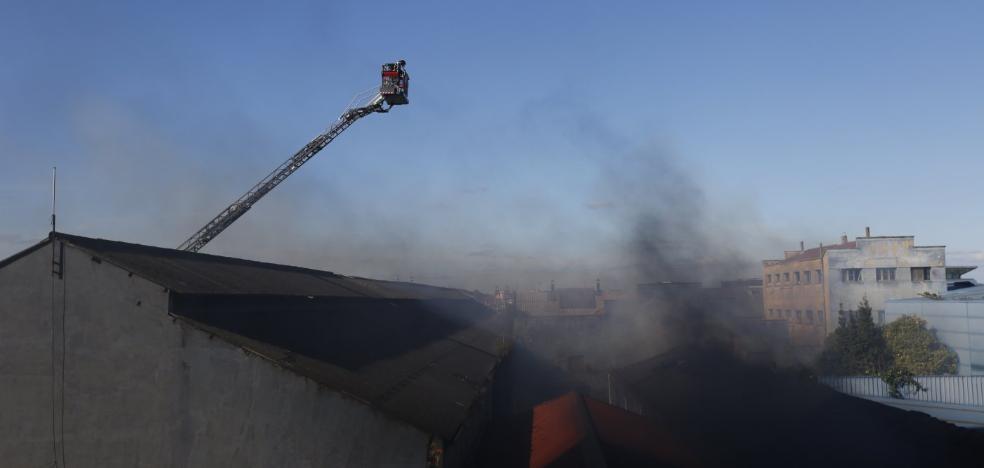 Un incendio en una antigua nave de Naval Gijón provoca el derrumbe parcial del techo