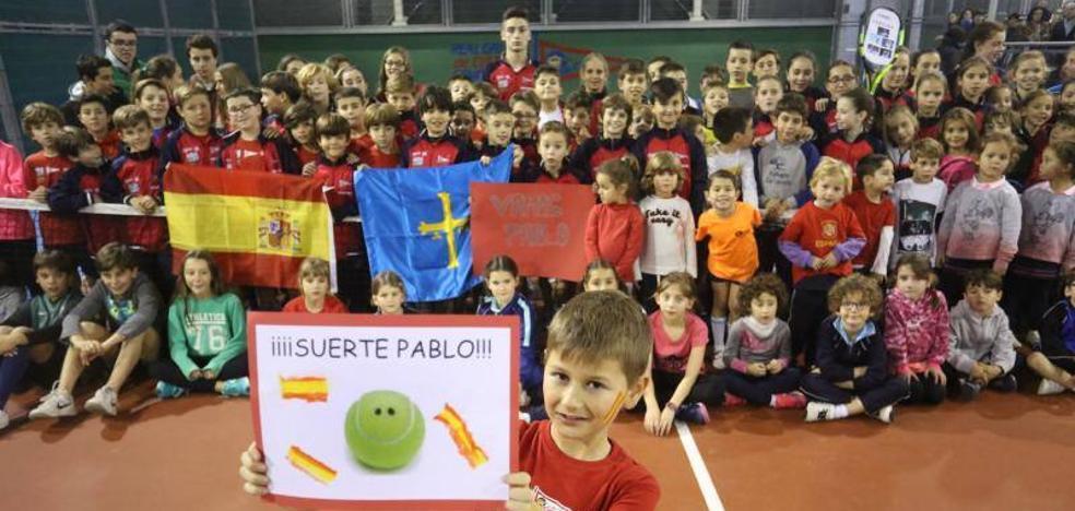 Los pequeños tenistas del Grupo animan a Pablo Carreño