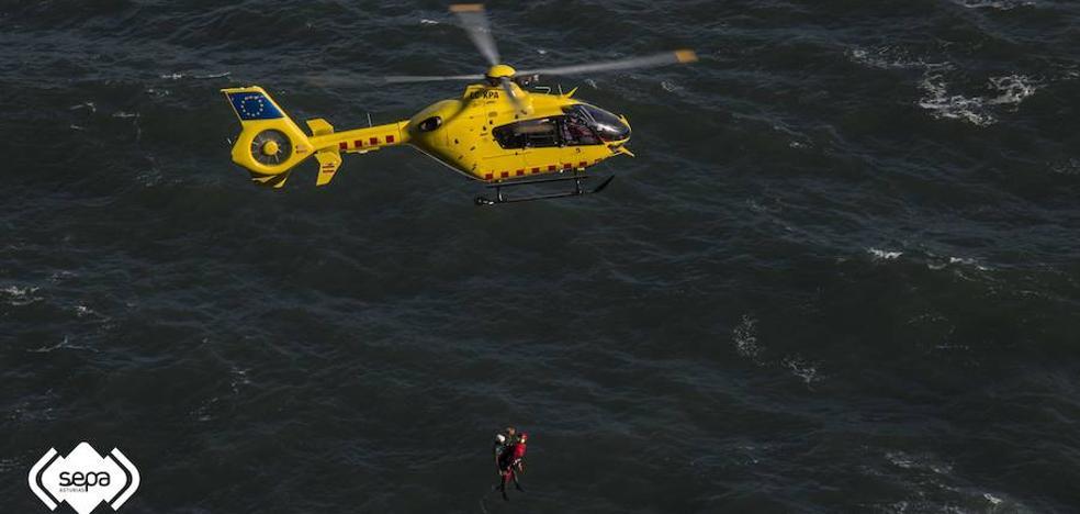 Rescatan ilesos a dos perceberos atrapados en un acantilado en Ribadesella