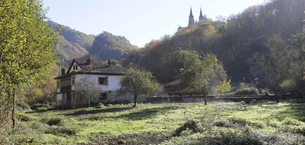 Los empresarios de Covadonga urgen un aparcamiento en la finca Les Llanes