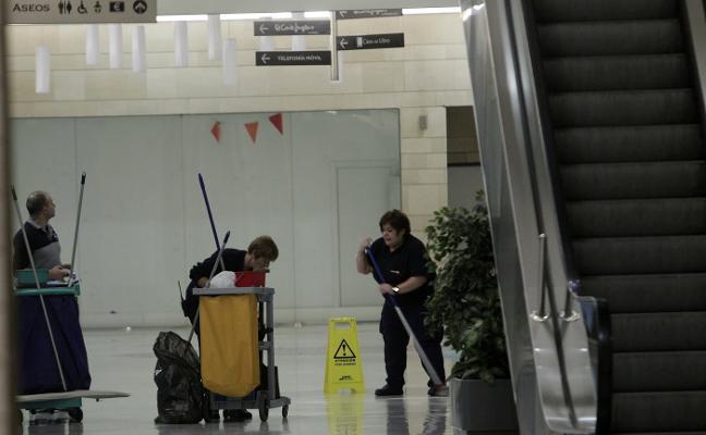 Fallece una mujer de 46 años al precipitarse en un centro comercial en Oviedo